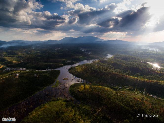 Các quả đồi xen kẽ các hồ nước ở Lâm Đồng - Ảnh Lê Thế Thắng