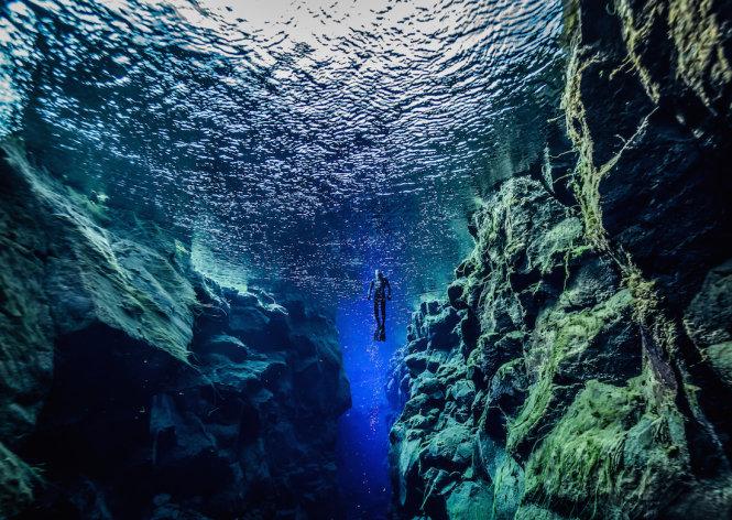 Bơi lặn giữa hai mảng kiến tạo Mỹ - Âu ở rãnh Silfra - Ảnh: fotolia