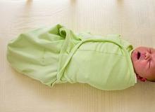 Cảnh báo sự nguy hiểm từ việc quấn khăn cho trẻ sơ sinh