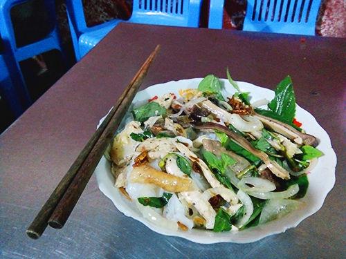 Tô bánh ướt lòng gà được bưng ra cho thực khách bắt mắt với màu xanh của rau quế, mùi thơm dậy lên từ miếng thịt và lòng gà. Ảnh: Phong Vinh.