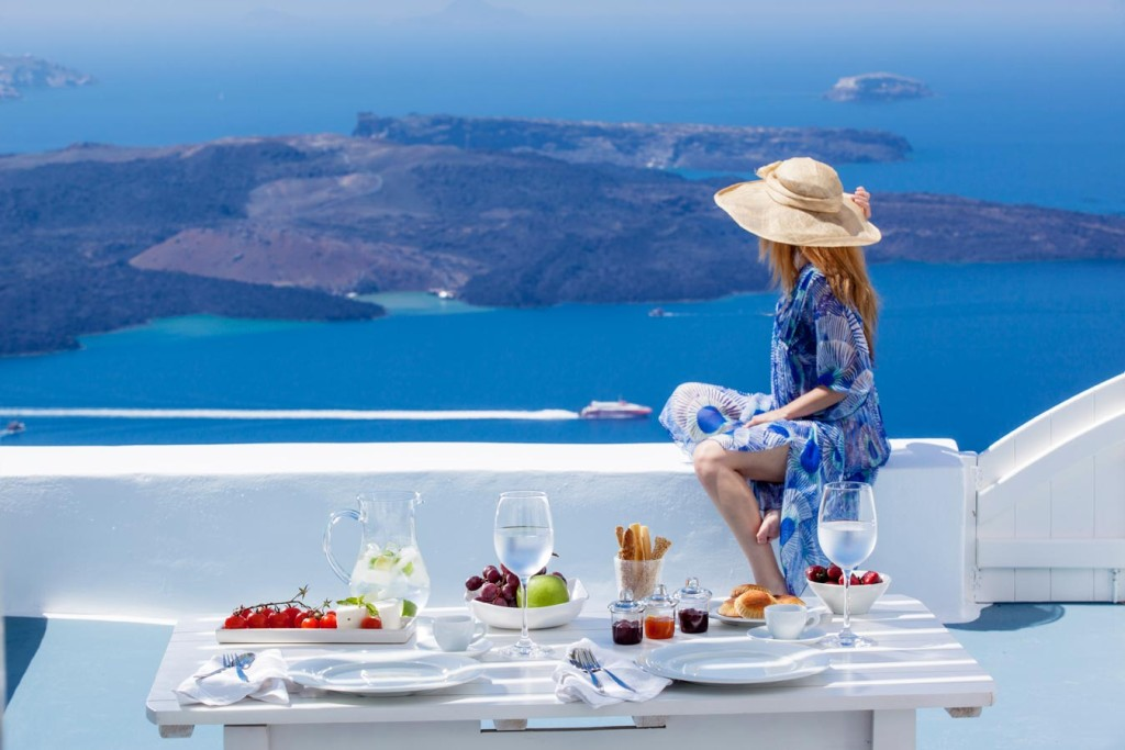 Màu xanh Địa Trung Hải ở Santorini khó có thể tìm thấy ở nơi nào khác. Ảnh: blog.indianluxurytrains.com