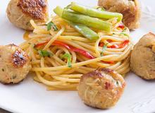 Thịt viên nướng sả ăn kèm spaghetti rau củ