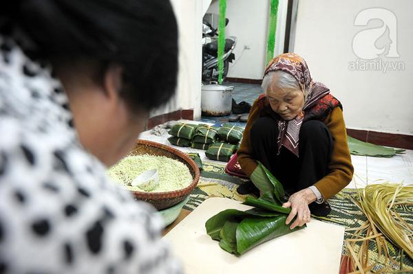 """""""Mục sở thị"""" cảnh gói bánh chưng truyền thống của một gia đình Hà Nội 5"""