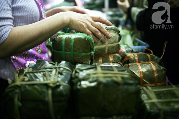 Hà Nội: Xếp hàng từ sáng tinh mơ để mua bánh chưng truyền thống về cúng Táo Quân - Ảnh 8.