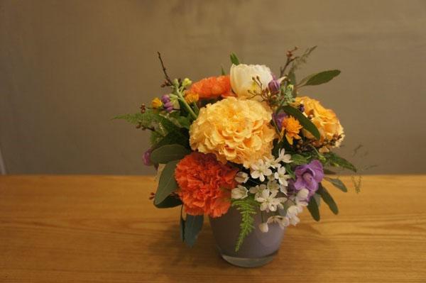 3 cách cắm hoa đơn giản trang trí nhà cho Tết thêm rực rỡ - Ảnh 3.