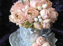 Cắm hoa hồng khô trong tách trà mới lạ độc đáo