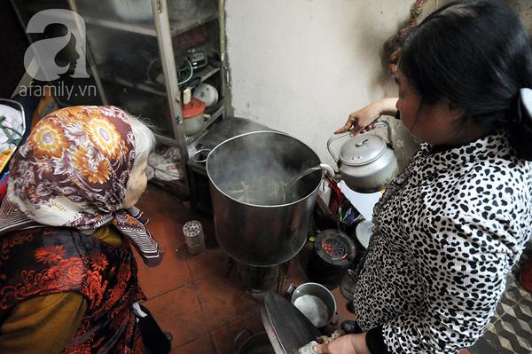 """""""Mục sở thị"""" cảnh gói bánh chưng truyền thống của một gia đình Hà Nội 14"""