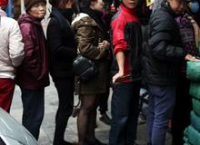 Hà Nội: Xếp hàng từ sáng tinh mơ để mua bánh chưng truyền thống về cúng Táo Quân