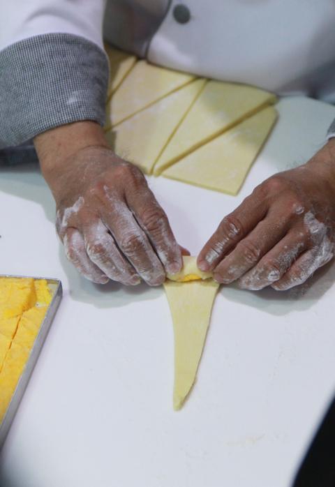 Cách làm croissant trứng muối ngon như ngoài hàng 11