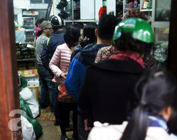 Hà Nội: Xếp hàng từ sáng tinh mơ để mua bánh chưng truyền thống về cúng Táo Quân - Ảnh 3.