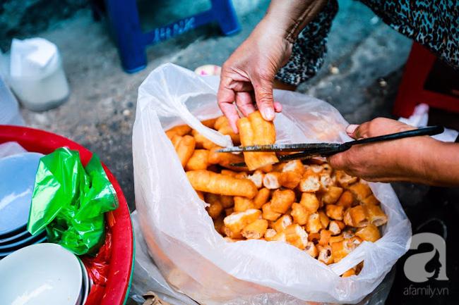 Giữa phố đồ ăn Tây hiện đại đông đúc, vẫn tồn tại một hàng cháo ruốc truyền thống cực ngon - Ảnh 9.