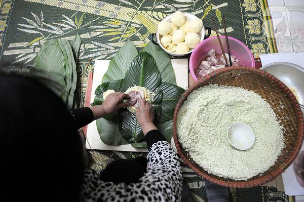 """""""Mục sở thị"""" cảnh gói bánh chưng truyền thống của một gia đình Hà Nội 2"""