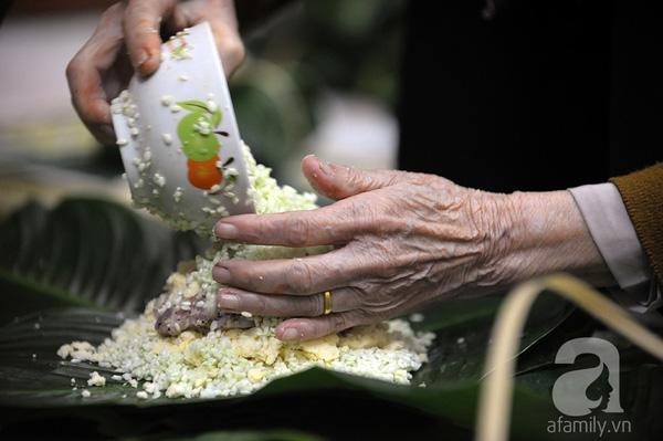 """""""Mục sở thị"""" cảnh gói bánh chưng truyền thống của một gia đình Hà Nội 7"""