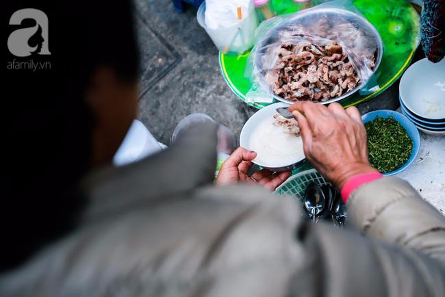 Giữa phố đồ ăn Tây hiện đại đông đúc, vẫn tồn tại một hàng cháo ruốc truyền thống cực ngon - Ảnh 7.