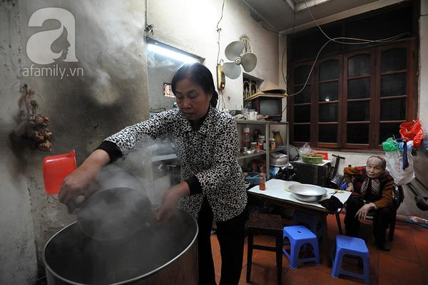 """""""Mục sở thị"""" cảnh gói bánh chưng truyền thống của một gia đình Hà Nội 13"""
