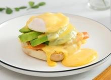 Bữa sáng kiểu Mỹ với bánh mì kẹp trứng chần Eggs Benedict