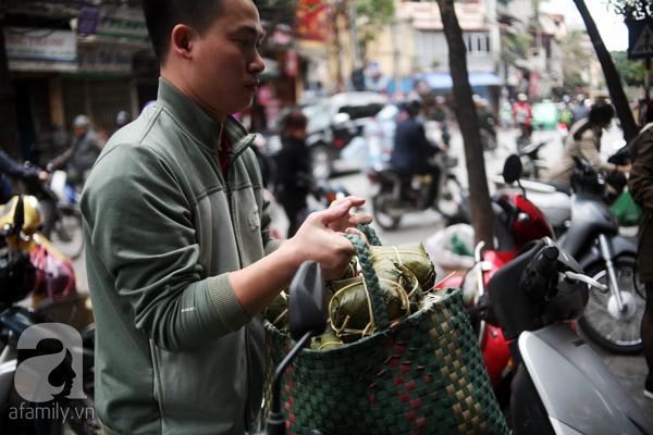 Hà Nội: Xếp hàng từ sáng tinh mơ để mua bánh chưng truyền thống về cúng Táo Quân - Ảnh 9.