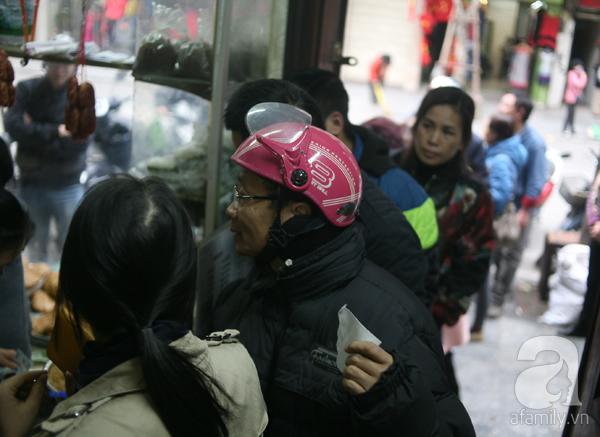 Hà Nội: Xếp hàng từ sáng tinh mơ để mua bánh chưng truyền thống về cúng Táo Quân - Ảnh 4.
