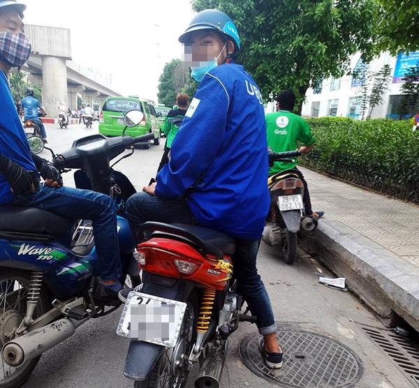 Hà Nội: Cho rằng bị tranh khách, xe ôm truyền thống dùng gậy đuổi đánh xe ôm grab - Ảnh 6.
