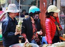 29 Tết, người Hà Nội xếp hàng mua bánh chưng, giò chả gia truyền