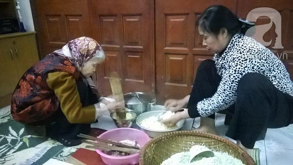 """""""Mục sở thị"""" cảnh gói bánh chưng truyền thống của một gia đình Hà Nội 3"""