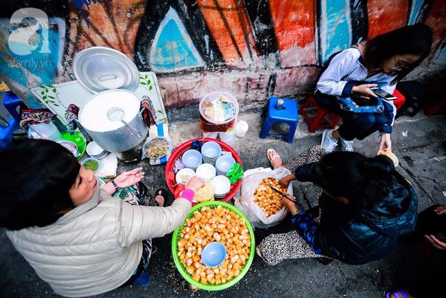 Giữa phố đồ ăn Tây hiện đại đông đúc, vẫn tồn tại một hàng cháo ruốc truyền thống cực ngon - Ảnh 6.