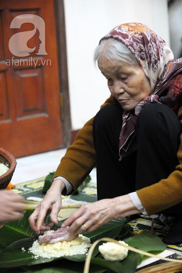"""""""Mục sở thị"""" cảnh gói bánh chưng truyền thống của một gia đình Hà Nội 8"""