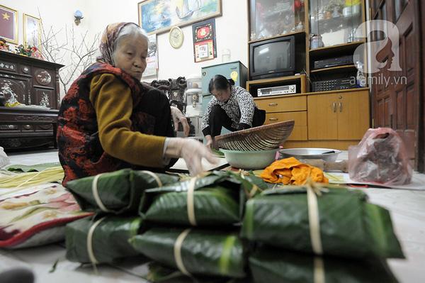 """""""Mục sở thị"""" cảnh gói bánh chưng truyền thống của một gia đình Hà Nội 10"""