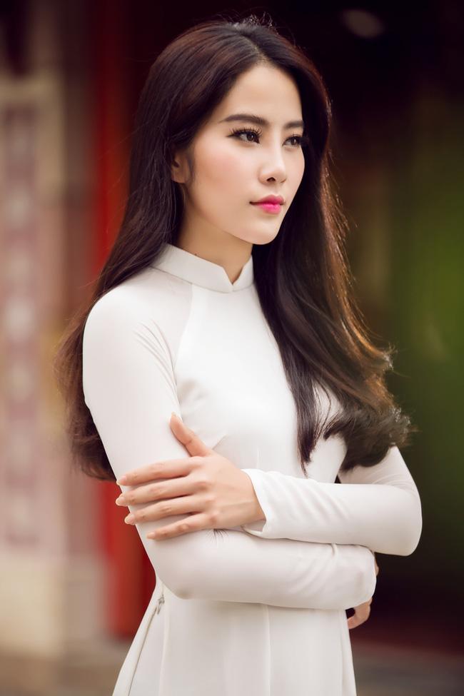 Hoa khôi Nam Em khoe vóc dáng nuột nà trong áo dài truyền thống - Ảnh 4.