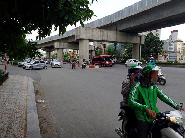 Hà Nội: Cho rằng bị tranh khách, xe ôm truyền thống dùng gậy đuổi đánh xe ôm grab - Ảnh 3.