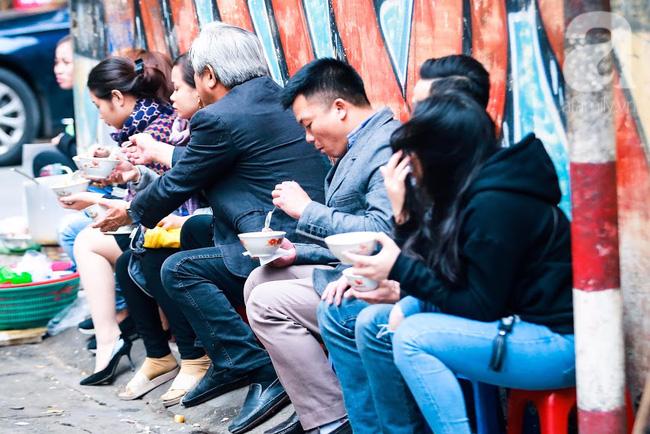 Giữa phố đồ ăn Tây hiện đại đông đúc, vẫn tồn tại một hàng cháo ruốc truyền thống cực ngon - Ảnh 11.