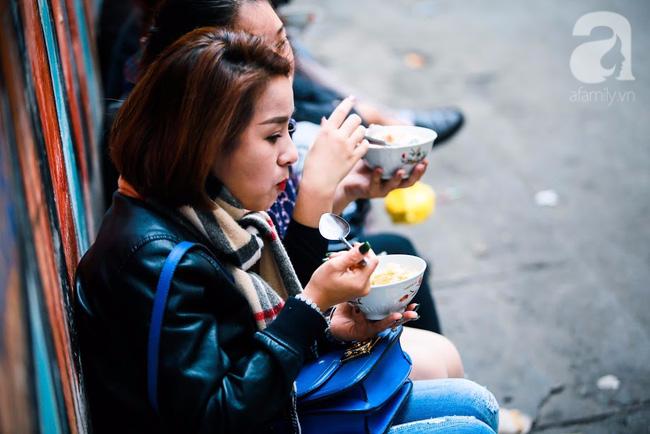 Giữa phố đồ ăn Tây hiện đại đông đúc, vẫn tồn tại một hàng cháo ruốc truyền thống cực ngon - Ảnh 13.
