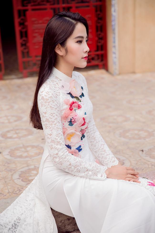 Hoa khôi Nam Em khoe vóc dáng nuột nà trong áo dài truyền thống - Ảnh 1.