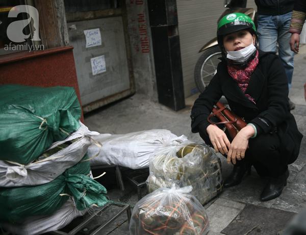 Hà Nội: Xếp hàng từ sáng tinh mơ để mua bánh chưng truyền thống về cúng Táo Quân - Ảnh 12.