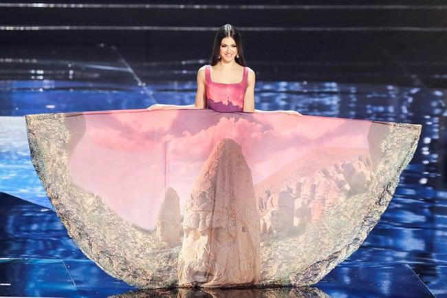 Ngắm nhìn những bộ trang phục truyền thống lộng lẫy, cầu kỳ nhất đêm Chung kết Hoa hậu Hoàn Vũ 2017 - Ảnh 13.