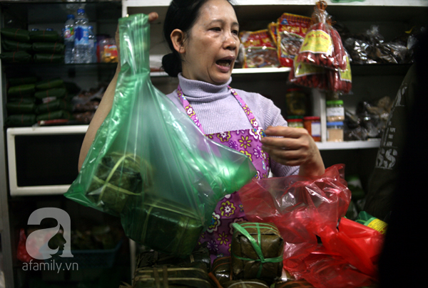 Hà Nội: Xếp hàng từ sáng tinh mơ để mua bánh chưng truyền thống về cúng Táo Quân - Ảnh 7.