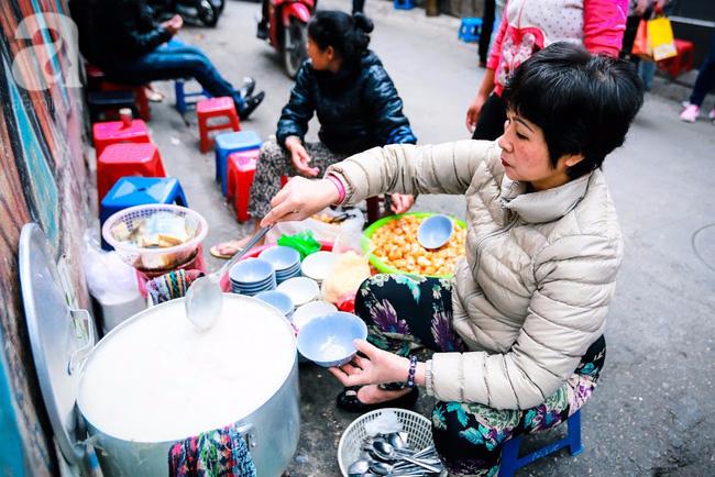 Giữa phố đồ ăn Tây hiện đại đông đúc, vẫn tồn tại một hàng cháo ruốc truyền thống cực ngon - Ảnh 2.