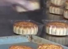Cận cảnh quy trình sản xuất mất vệ sinh ở xưởng bánh trung thu truyền thống