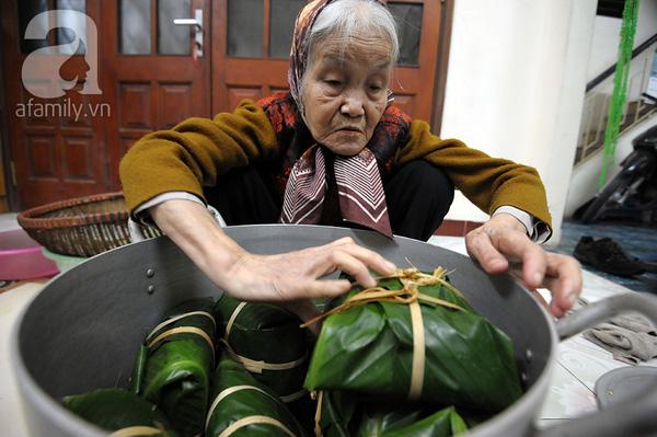"""""""Mục sở thị"""" cảnh gói bánh chưng truyền thống của một gia đình Hà Nội 12"""