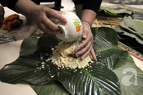"""""""Mục sở thị"""" cảnh gói bánh chưng truyền thống của một gia đình Hà Nội 4"""