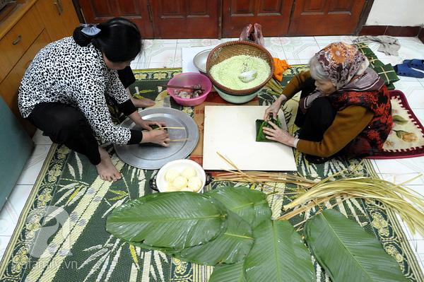 """""""Mục sở thị"""" cảnh gói bánh chưng truyền thống của một gia đình Hà Nội 1"""